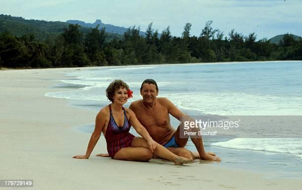 """Anneliese Rothenberger, Ehemann Gerd W. Dieberitz, Seychellen Kreuzfahrt MS """"Europa"""", Strand, Meer, Wasser, Urlaub, Paar, Moderatorin, Sängerin,..."""