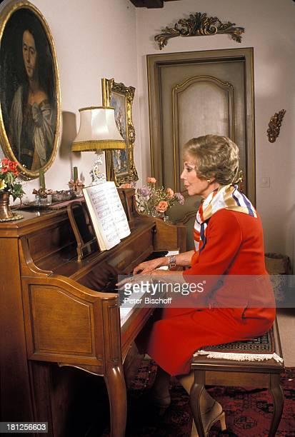 Anneliese Rothenberger Homestory Schweiz/Salenstein Wohnzimmer Klavier spielen Sängerin Promis Prominente Prominenter