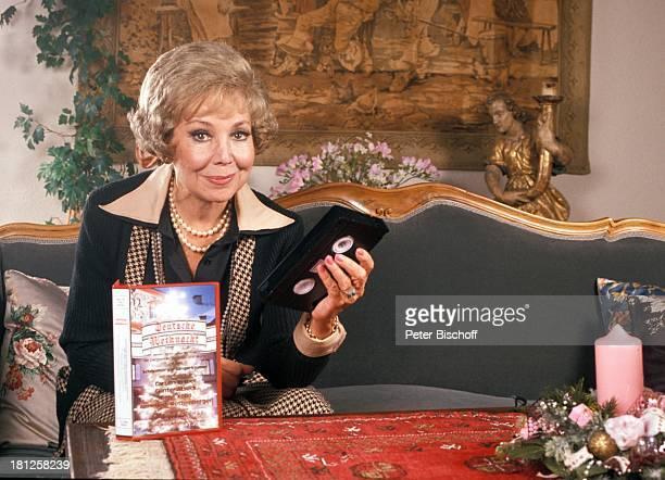 Anneliese Rothenberger Homestory Schweiz/Salenstein Wohnzimmer VideoKasette Kerze Blumenstrauss Sängerin Promis Prominente Prominenter