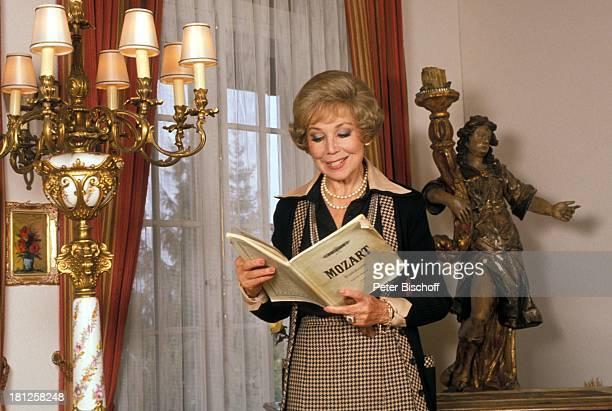 Anneliese Rothenberger Homestory Schweiz/Salenstein Wohnzimmer NotenBuch lesen Sängerin Promis Prominente Prominenter