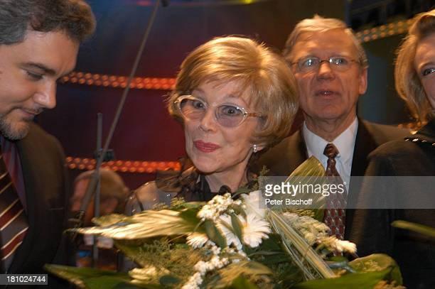 Anneliese Rothenberger Sabine Meyer ZDFShow Echo der Stars Verleihung des Echo Klassik 2003 Dortmund Konzerthalle Sängerin Strauss Blumen...