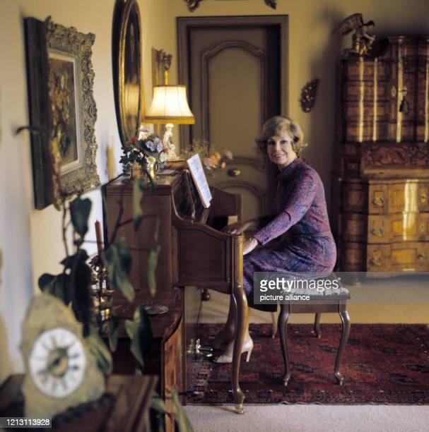 Anneliese Rothenbergr im Dezember 1981 in ihrem Haus am Bodensee an einem Spinett Die deutsche Sopranistin Anneliese Rothenberger eine der...