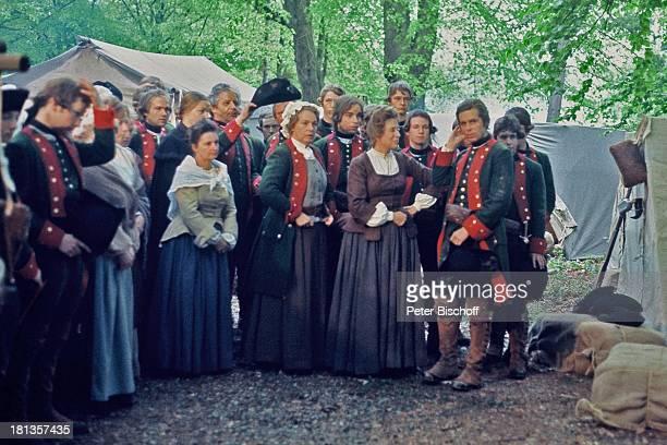 """Anneliese Uhlig , Sigmar Solbach , Statisten, ARD-Serie """"Der Winter, der ein Sommer war"""", Bad Karlshafen, Hessen, Deutschland, Wald, Zelte, Armee,..."""