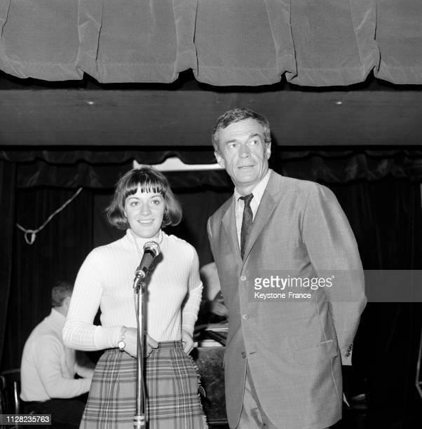 AnneMarie Peysson en compagnie de Pierre Dudan au micro sur la scène du cabaret à Paris France le 5 septembre 1968
