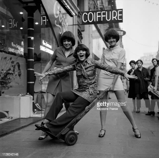 AnneMarie Peysson lance sa mode prêtàporter et présente deux de ses modèles portés par deux mannequins à Paris France le 27 novembre 1968