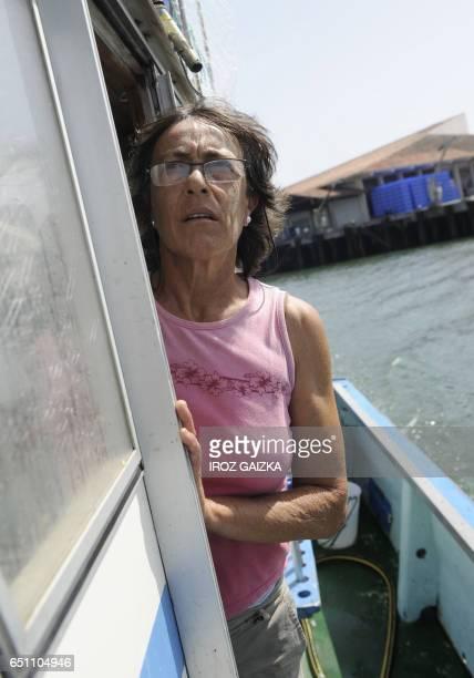 AnneMarie Vergez la seule femme patron pêcheur du port de SaintJeandeLuz quitte la criée de Ciboure à bord de son bateau Nahikari le 10 août 2010...