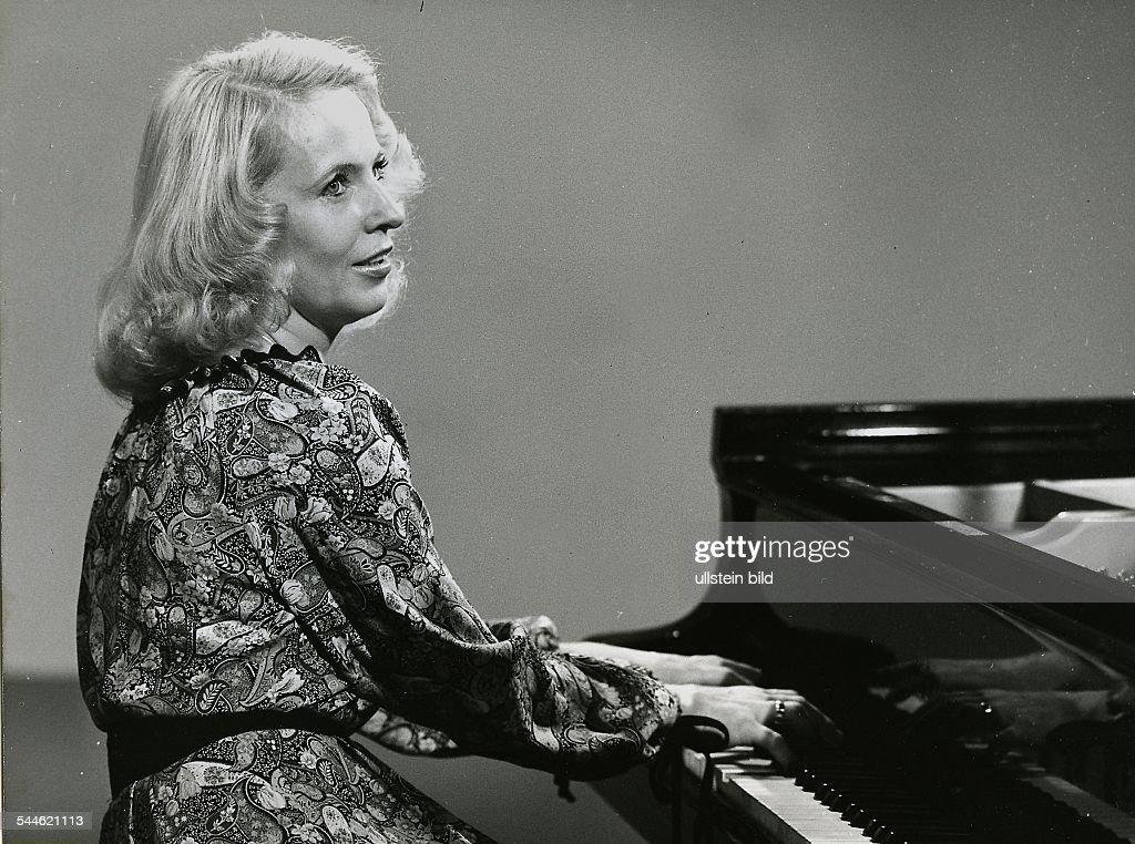 annerose-schmidt-pianistin-ddr-am-fluegel-1988-picture-id544621113