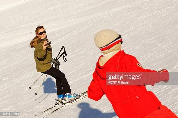 AnneSophie Lapix The Golden Woman AnneSophie LAPIX journaliste de TF1 sur les pistes de Courchevel avec son fils au lendemain de la remise des...