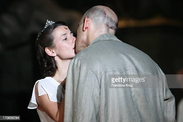Annett Renneberg Und Robert Dölle Bei Der Fotoprobe Zu 'Siegfrieds Frauen' Bei Den NibelungenFestspielen Am Dom In Worms