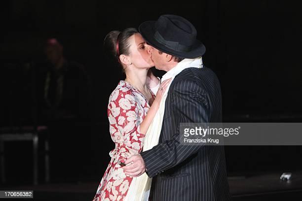 Annett Renneberg Und Uwe Bohm Bei Der Fotoprobe Zu 'Siegfrieds Frauen' Bei Den NibelungenFestspielen Am Dom In Worms
