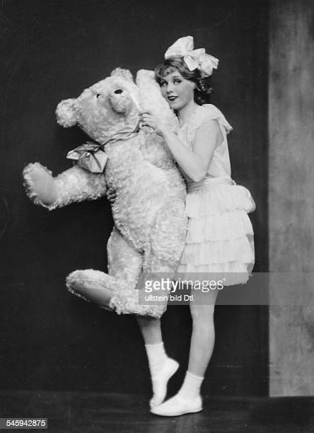 Anni Ondra Schmeling*actress Germanyposing with a teddy bear date unknown probably arround 1926photo by Atelier Martin Badekow