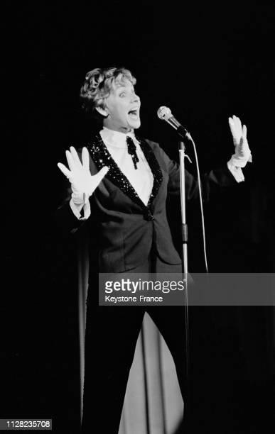 Annie Cordy chantant sur la scène de Bobino à Paris France le 4 septembre 1968