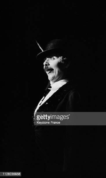 Annie Cordy déguisé en Charlot avec chapeau et moustache sur la scène de Bobino à Paris France le 4 septembre 1968