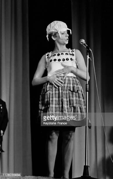 Annie Cordy déguisée sur la scène de Bobino à Paris France le 4 septembre 1968