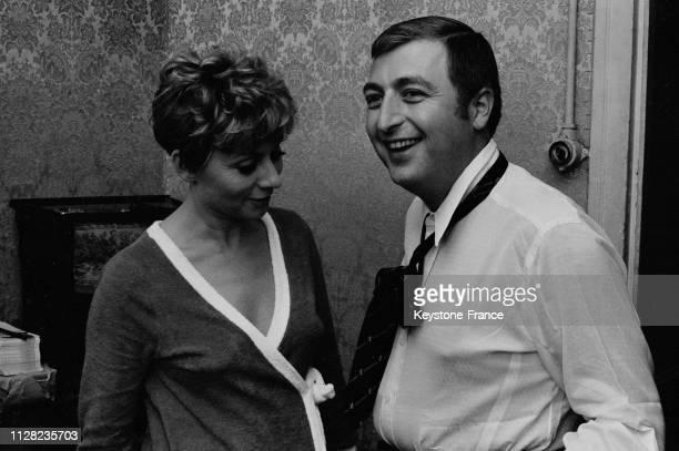 Annie Cordy et Henri Tisot dans les loges à Paris France en septembre 1968