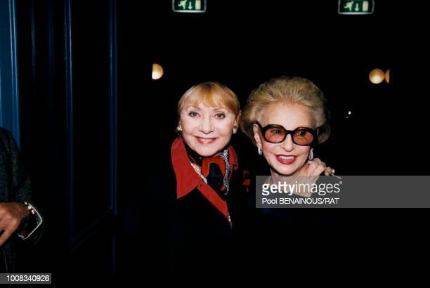 Annie Cordy et Paulette Coquatrix dans les coulisses de l'Olympia le 2 décembre 1997 à Paris France