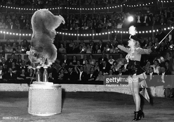Annie Cordy et son ours savant au 23e Gala de l'Union des Artistes à Paris France le 1er mars 1953