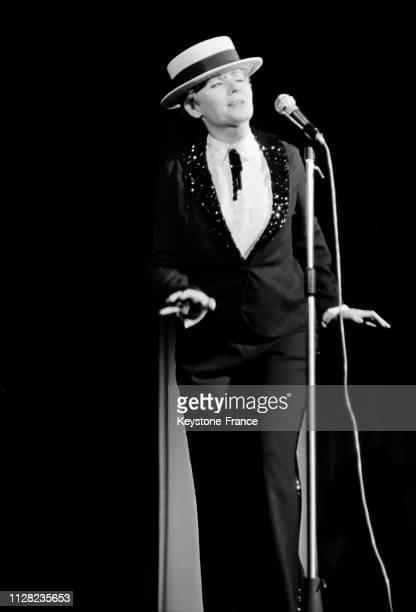 Annie Cordy portant le canotier de Maurice Chevalier sur la scène de Bobino à Paris France le 4 septembre 1968