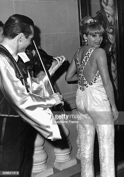 Annie Cordy vêtue d'un pantalon du soir à son arrivée au Lido pour assister à la nouvelle revue et commémorer le vingtième anniversaire du célèbre...