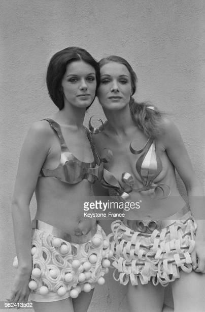 Annie Duperey et Christina Holme lors du tournage du film 'Les femmes' réalisé par Jean Aurel aux studios de Boulogne à BoulogneBillancourt en France...