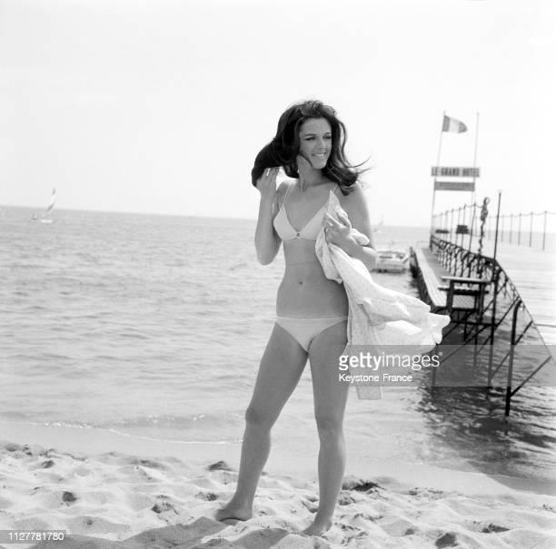Annie Duperey sur la plage lors du festival international du film à Cannes France en mai 1968