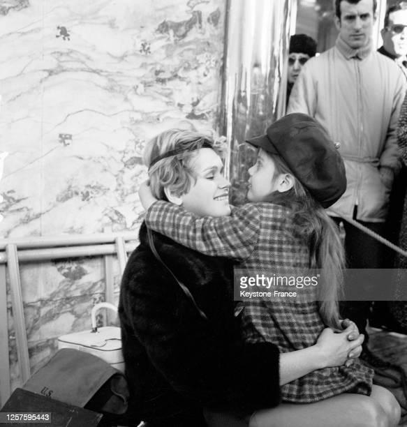 Annie Fargue tenant Marie Trintignant dans ses bras dans une scène du film, à Nice, France le 22 novembre 1966.