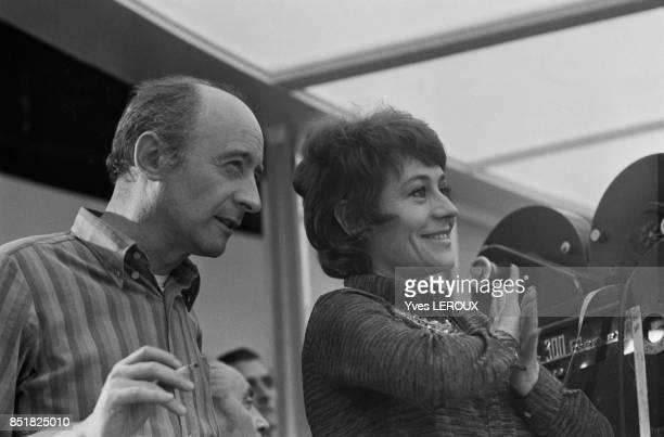 Annie Girardot et le réalisateur et dialoguiste Michel Audiard lors du tournage du film 'Elle boit pas elle fume pas elle drague pas mais elle cause...