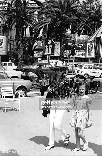 Annie Girardot et sa fille Giulia sur la Croisette pendant le Festival de Cannes en mai 1969 à Cannes, France .