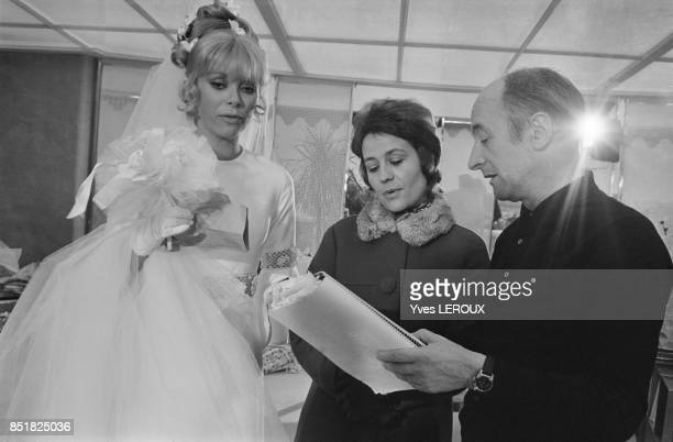 Annie Girardot Mireille Darc et le réalisateur et dialoguiste Michel Audiard lors du tournage du film 'Elle boit pas elle fume pas elle drague pas...