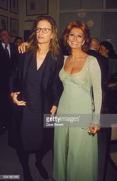 Annie Leibowitz With Sophia Loren At Pirelli 2000 Calendar Launch