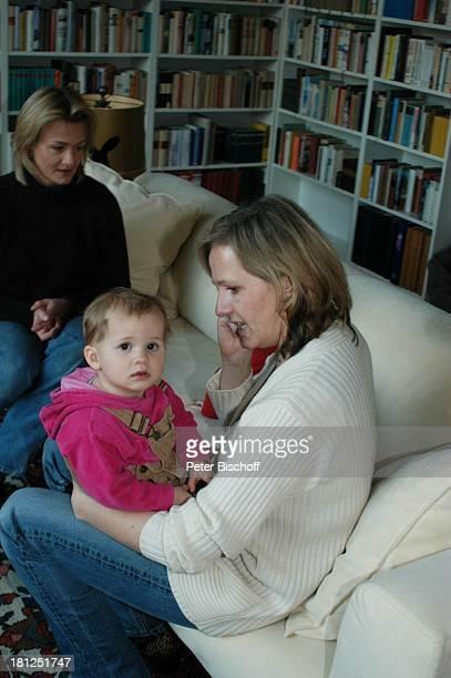 Annika Bruhns-Petersson , Meike Bruhns , mit Engeltochter Ida Luise , Töchter von W i b k e Bruhns, Homestory, Berlin, ,