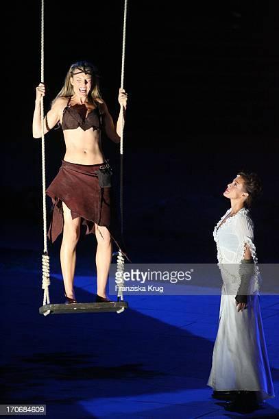 Annika Pages Und Sonja Kirchberger Bei Der Fotoprobe Zu Den Nibelungenfestspielen Am Dom In Worms