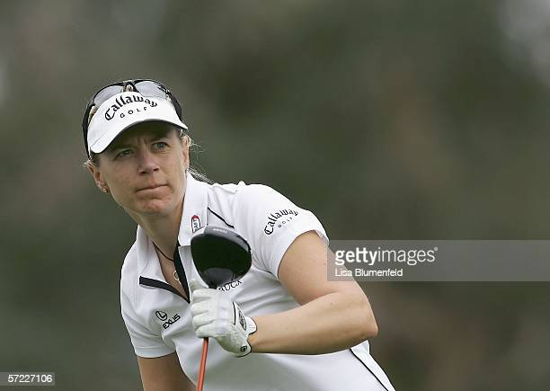 Annika Sorenstam of Sweden watches her tee shot on the 2nd hole during round 2 of the Kraft Nabisco Championship on March 31 2006 at Mission Hills...