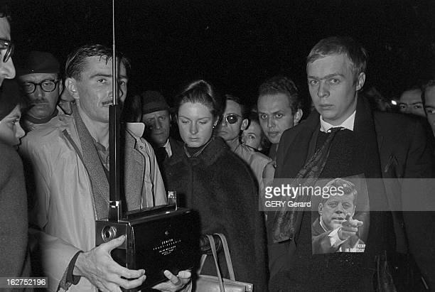 Announcement In Paris Of The Death Of President John Fitzgerald Kennedy Le 22 novembre 1963 en soirée dans la rue des parisiens apprennent...
