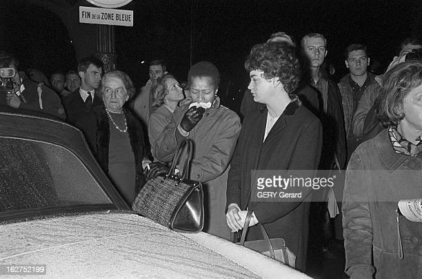 Announcement In Paris Of The Death Of President John Fitzgerald Kennedy Le 22 novembre 1963 en soirée des parisiens bouleversés réunis dans la rue...