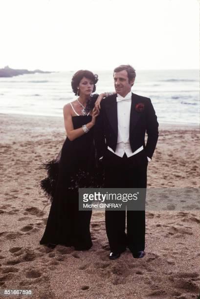 Anny Duperey et Jean-Paul Belmondo lors du tournage du film 'Stavisky' en octobre 1973 à Biarritz, France.