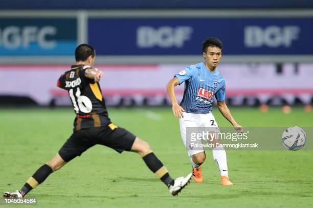 Anon Amornlertsak of Bangkok Glass FC passes the ball during the Thai League 1 match between Bangkok Glass and Ubon UMT United at Leo Stadium on...