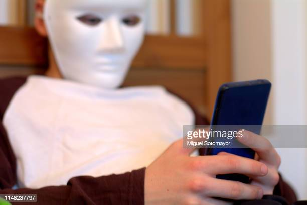 anonymous cyberbullying - furioso foto e immagini stock