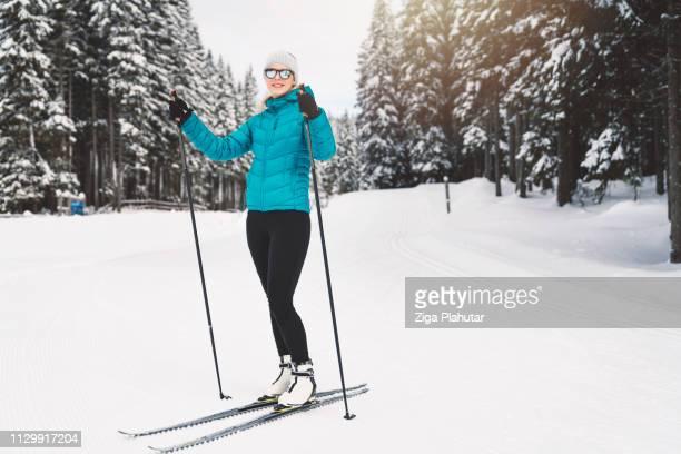 Ein weiterer Tag im Paradies - schöne Frauen auf Langlaufskiern