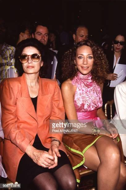 Anouk Aimée et Marisa Berenson lors du défilé Ungaro Haute Couture collection Automne/Hiver 1991 à Paris en juillet 1991 France