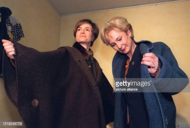 Fürstin Gloria von Thurn und Taxis und Karin Stoiber, Frau des bayerischen Ministerpräsidenten, probieren am 11.2.1998 in Regensburg die neuen...