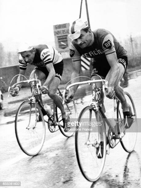 Anquetil et Poulidor en pleine action lors de la course en Italie le 1 novembre 1963