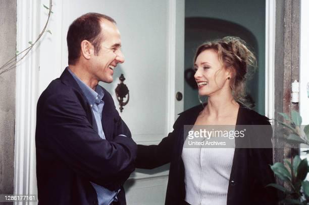 Anschlag auf den Direktor des Spielcasinos Walter Deven Doch nicht er kommt um sondern Ilse Kanter seine rechte Hand Dr Kolmaar kommt dahinter daß...