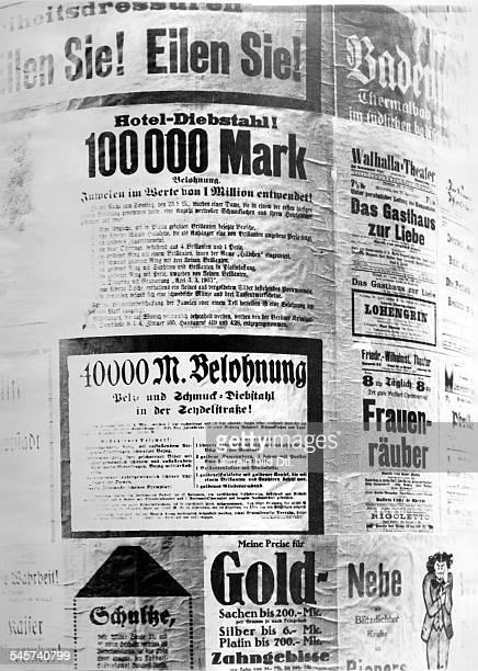 Anschläge an einer Litfaßsäule mit Belohnungen für die Wiederbeschaffung vonPelzen und Schmuck April 1922Foto AE Frankl