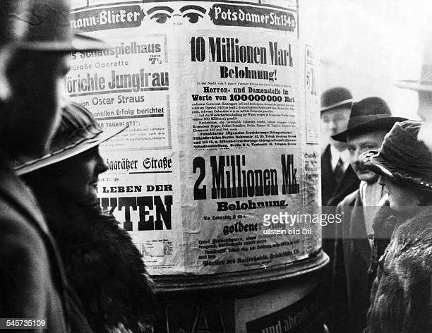 Anschläge an einer Litfaßsäule mitBelohnungen für die Wiederbeschaffungvon Ringen und Stoffen Februar 1923Foto AE Frankl