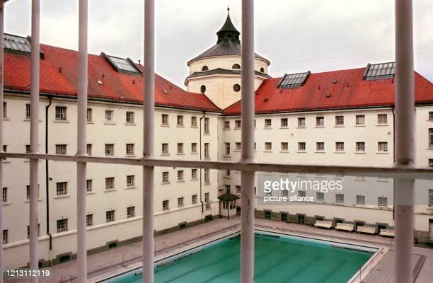 Ansicht eines Innenhofs der Justizvollzugsanstalt Straubing mit einem Schwimmbecken, aufgenommen am 9.3.2000. Die JVA in Straubing wurde in der Zeit...