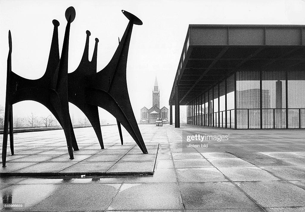 Berlin Neue Nationalgalerie - Ansicht mit St. Matthäi-Kirche und einer Plastik von Alexander Calder : News Photo