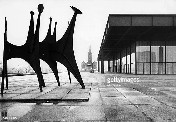 Ansicht mit St MatthäiKircheund einer Plastik von Alexander Calder 1978