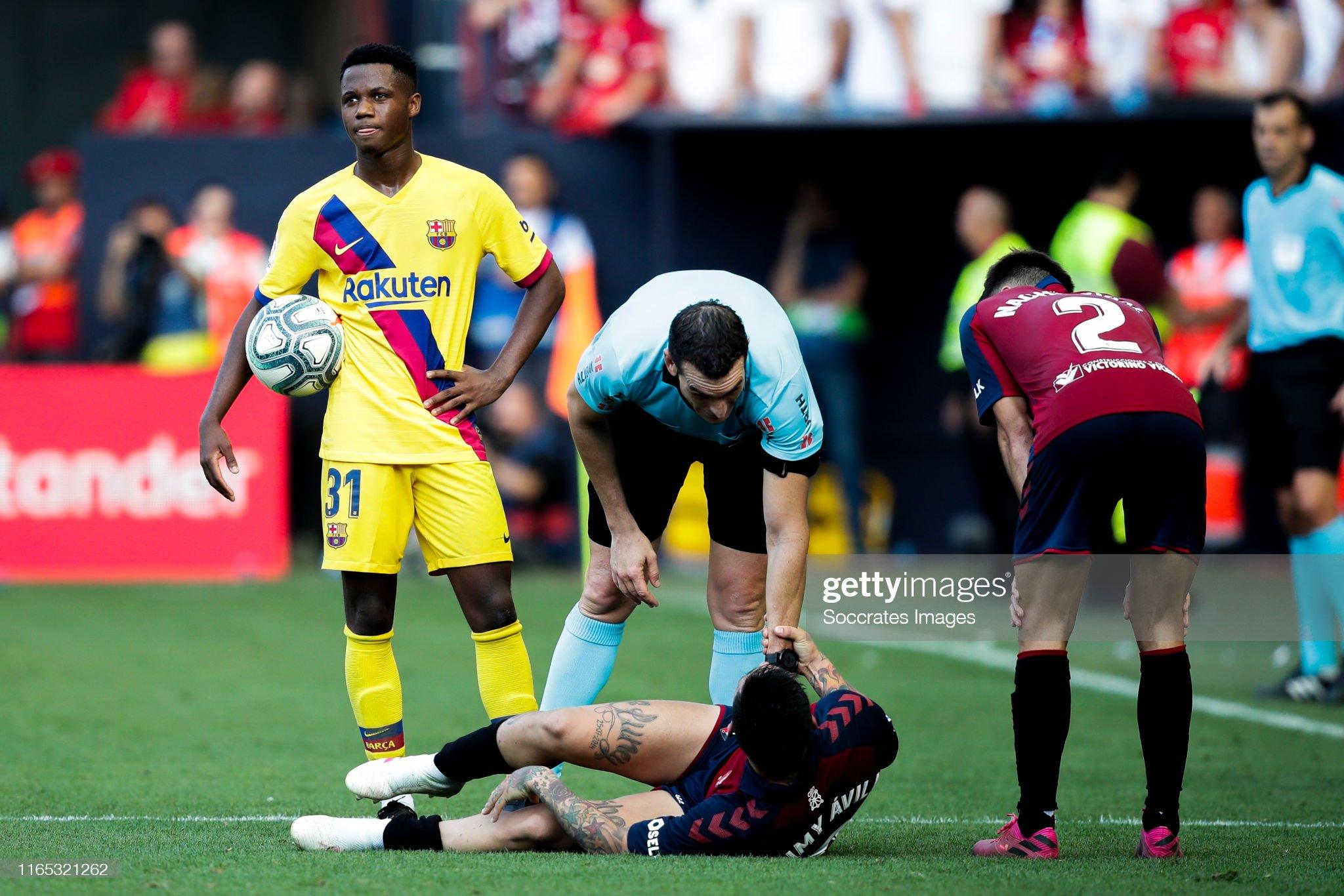 صور مباراة : أوساسونا - برشلونة 2-2 ( 31-08-2019 )  Ansu-fati-of-fc-barcelona-chimy-avila-of-ca-osasuna-referee-martinez-picture-id1165321262?s=2048x2048