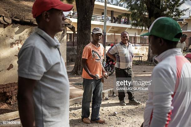 Antananarivo residents play bocce at the city's club, on November 25, 2016 in Antananarivo. / AFP / GIANLUIGI GUERCIA